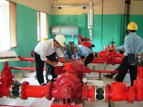 Các kỹ sư công ty HTH đang lắp đặt hệ thống phòng cháy