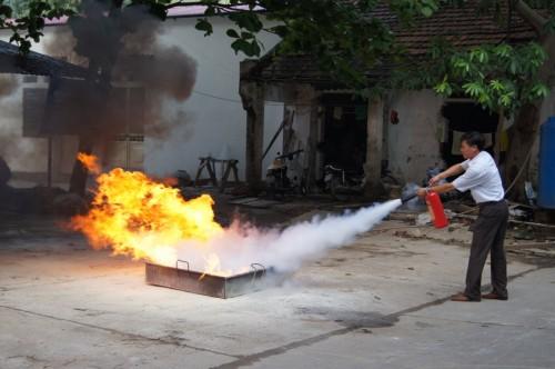 Thực hành chữa cháy với bình bột chữa cháy