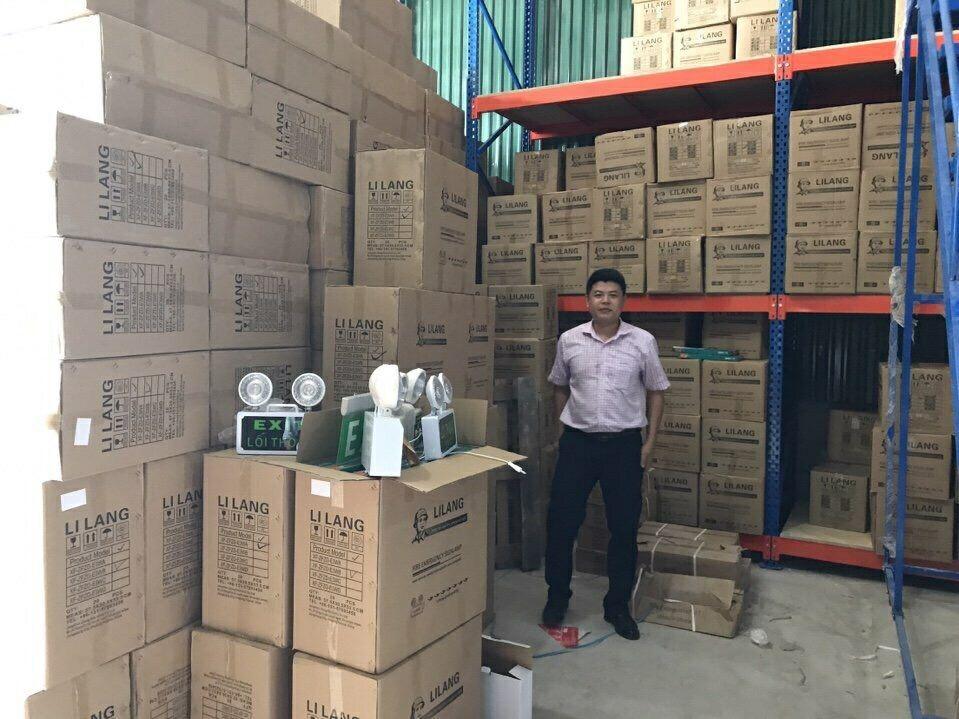 Hàng trăm thùng hàng chuẩn bị xuất kho giao cho khách