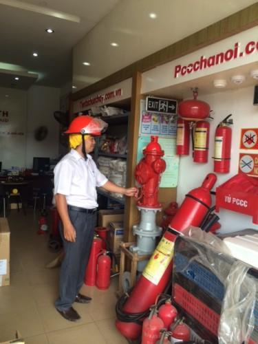 Giám đốc công ty CP xây dựng và xuất nhập khẩu HTH kiểm tra chất lượng thiết bị chữa cháy